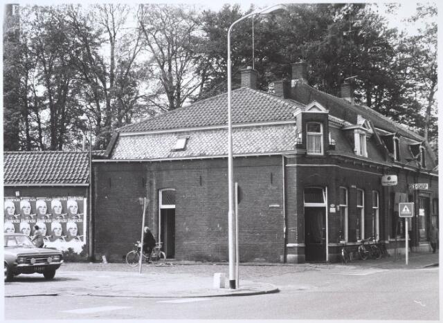 024694 - Café Verschuren aan de Korvelseweg, hoek Hesperenstraat en daarnaast een sexshop. Beide panden zijn in 1982 gesloopt en vervangen door nieuwe winkelpanden