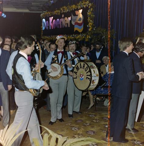 1237_011_821-1_001 - Media. Muziek. Feest van de Tilburgse Koerier. Muzikaal optreden van Jazzband Lamarotte.