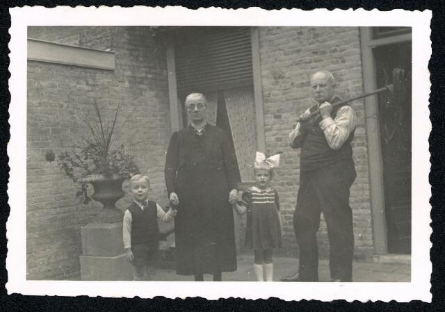 604492 - Tweede Wereldoorlog. Oorlogsslachtoffers. Adrianus Josephus A. Schijvens; werd geboren op 1 maart 1876 in Tilburg en overleed op 18 januari 1945 in Tilburg.  Bij de beschieting van de Duitsers op 17 januari 1945 in Tilburg-Noord viel een onevenredig groot aantal slachtoffers. Er sloegen vier granaten in, de eerste drie met een groot tijdsverschil tussen kwart voor negen en vier minuten voor één. Hulpverleners en nieuwsgierigen liepen het laatst getroffen pand in de Hasseltstraat in, waar een gewonde was. Op dat moment, het was precies één uur, sloeg een granaat in voor de Hasseltse kerk, tussen het publiek. Resultaat: 16 doden, een van hen Ad Schijvens.