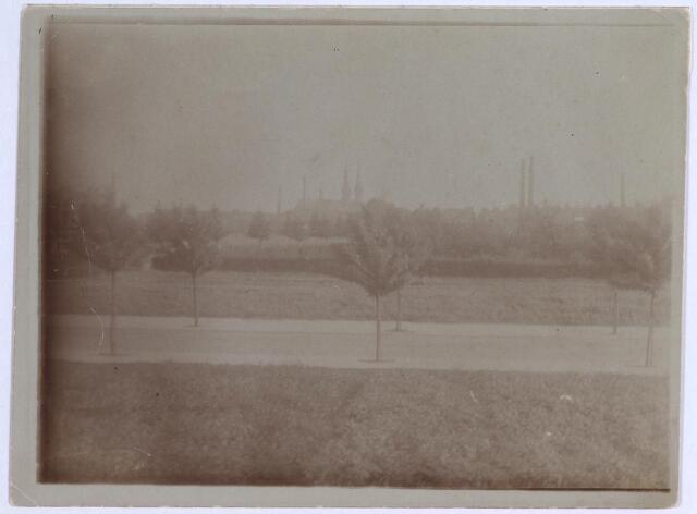 026530 - Straat verbindende Enschotsestraat en Molenbochtplein in 1918.  Achter de heg de bloemenkweekerij van Hub. Stokkermans.