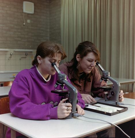 1237_012_975_006 - Onderwijs.Middelbare school. Microscopen tijdens de biologieles op het St. Canisius Mavo aan de Korvelseweg in 1993.