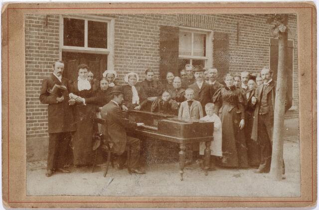 012062 - Huwelijk te Westerhoven op 2-8-1896 van drukker Alphons Waltherus van Meerendonk (geheel links) geb. Tilburg 28-11-1867, naast hem zijn bruid Maria Petronella Bannenberg geb. Westerhoven 8-1-1873, rechts de man met gleufhoed Adrianus henricus van Riel, boekhouder en sigarenwinkelier, rechts van hem zijn vrouw Johanna Maria van Meerendonk, links van hem de ongehuwde Maria Theresia van Meerendonk.