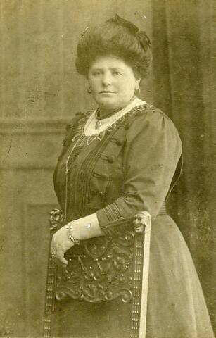 092620 - Kaatje Geelgoed, geboren te Dreischor in 1862, was in Goirle huishoudster van gemeentearts Costerman Boodt. Zij overleed te Goirle op 20 juni 1924. Haar ouders waren Abraham Geelhoed en Maatje van den Berge. De aangifte gebeurde door haar werkgever, die volgens geruchten ook haar minnaar was.