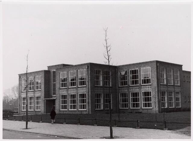 035484 - Onderwijs. Voorgevel van de St. Christoffel lagere school aan de Zouavenlaan 77.