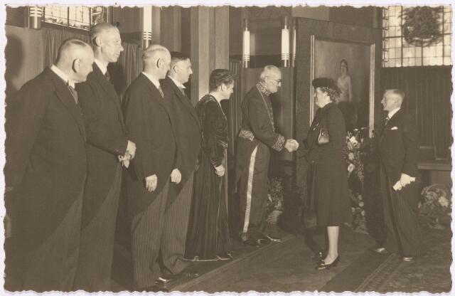 012581 - Tweede Wereldoorlog. Bevrijding. Het gemeentebestuur recipieert op 3 november 1944 in het Paleis Raadhuis. Autoriteiten, burgers en verenigingen komen hun gelukwensen aanbieden. Onder hen dr. Schröder en zijn echtgenote. Van links naar rechts secretaris Van Dusseldorp, de wethouders Van Dullemen, Scheidelaar en Janssens, mevrouw Van de Mortel en haar echtgenoot