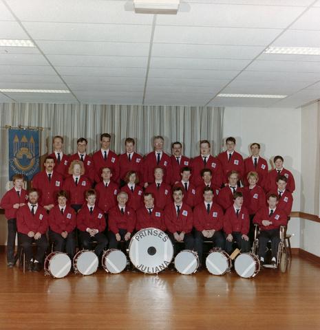 1237_012_961_002 - Muziek. Groepsfoto van Drumband Prinses Juliana in 1992. De drumband is voor mensen met een verstandelijke beperking.