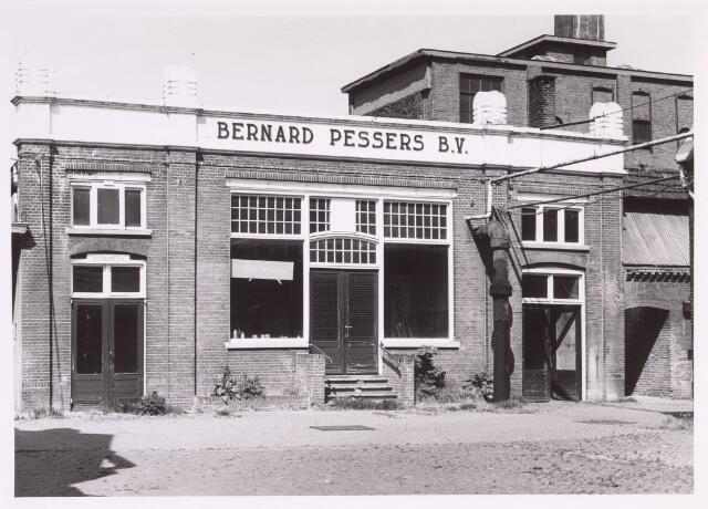 016876 - Gedeelte van het fabriekscomplex van looierij/wolwasserij Bernard Pessers. Vooraanzicht van de kantine. Links de toegang tot de bedrijfsbrandweer. rechtsachter de afdeling pelsbereiding.