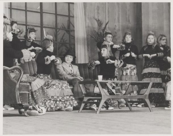 """081650 - Kerstmis 1975: toneel door de Rijense St. Josephschool-leerlingen.Gedeelte uit: """"Opa naar Ibiza""""."""