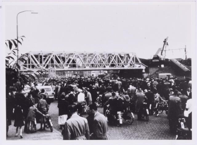 036820 - Spoorwegen: publiek bij spoorwegongeluk; treinwagon is op het talud terecht gekomen; treinbotsing; spoorbrug over het Wilhelminakanaal;