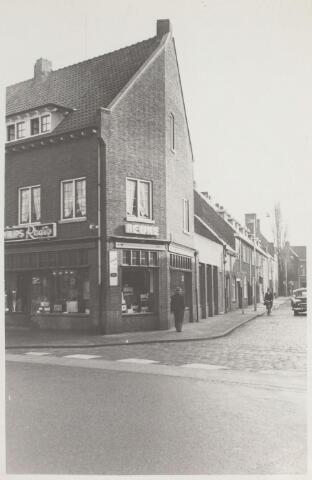 025435 - Lange Schijfstraat gezien vanaf de Bredaseweg. In het pand van electronicahandel Heijne (links) bevindt zich thans een café