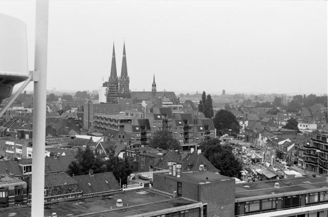656477 - Tilburg kermis in 1986 met uitzicht Piusstraat en de Heuvelse kerk/Sint-Jozefkerk.
