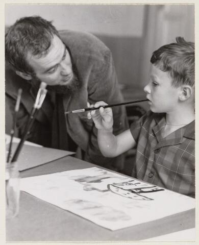 100731 - Stichting Kunstzinnige vorming. Openhuis bij K.V.O. Piet Hohmann adviseert een van zijn leerlingen.