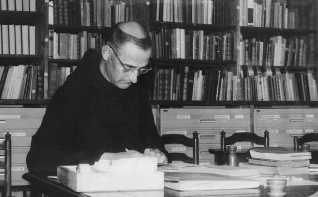 105278 - Monnikenleven Pater Van Balen in de bibliotheek van de Sint Paulusabdij in 1960. Kloosters
