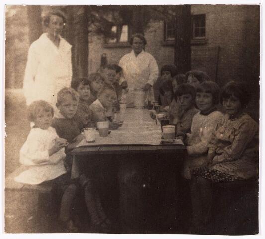 033042 - Lighallen: groep kinderen, waarvan 3 kinderen met de naam Voeten, behorende bij het revalidatiecentrum Charlotte-oord aan de Swaardvenstraat 75