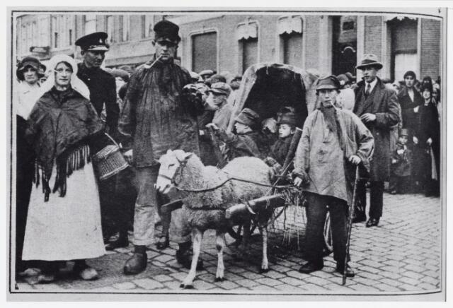048945 - Tilburg viert 'Brabantse Week', hier op de Heuvel nabij de stadsschouwburg.