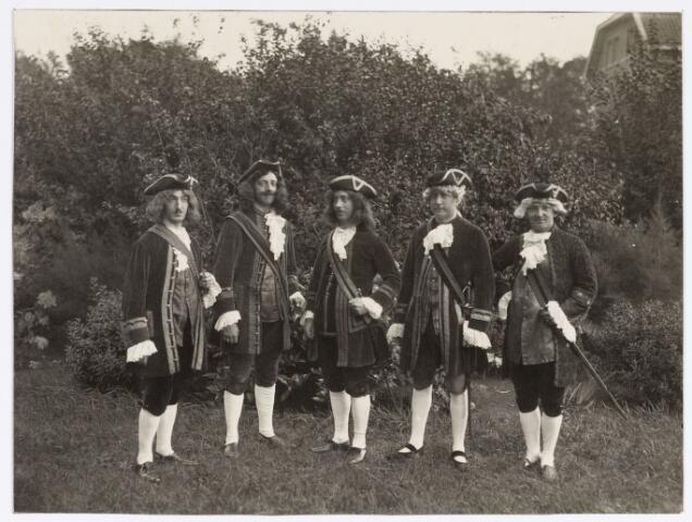 048894 - Optocht ter gelegenheid van de kroningsfeesten bij het 25-jarig jubileum van koningin Wilhelmina (1923-1924) ddelnemers verzamelen zich op de Kromhout kazerne te Tilburg.