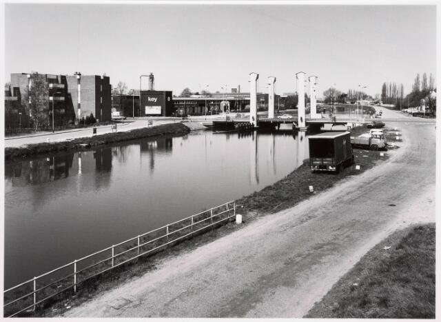 034823 - Hefbrug over het Wilhelminakanaal aan de Bosscheweg. Links houthandel Key
