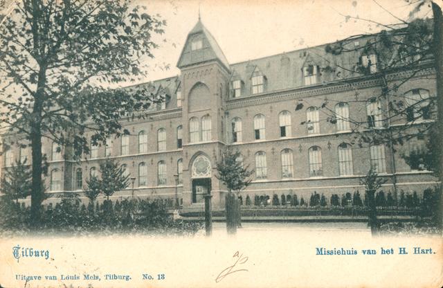 653911 - Tilburg. Missiehuis van het Heilig Hart aan de Bredaseweg 204 in Tilburg. Het werd gebouwd tussen 1896 en 1899 door de architecten A.G. en H. de Beer en vertoont elementen van Neo-Gotiek en Chaletstijl. De rechterzijde werd uitgebreid in 1934 t.b.v. het Klein Seminarie. Het klooster werd gesloten en het werd het Missiehuis van de H.H. Harten. Het is ook nog een tijdje verzorgingshuis geweest. Inmiddels staat het klooster op de monumentenlijst. Plan is van het oude klooster een studentenhuisvesting te maken. En aan de randen van het terrein kunnen appartementen en gezinswoningen worden gebouwd. Achter het klooster is een ommuurde tuin. Anno 2014 is een aantal bijgebouwen gesloopt en werd de tuin bouwrijp gemaakt voor de bouw van woningen.