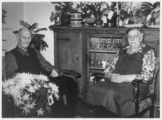 90555 - Made en Drimmelen. Op 5 augustus 1975 was het 65 jaar geleden dat Johannes Adrianus Klaassen in Hooge en Lage Zwaluwe in het huwelijk trad met Pieternella Pals. Het echtpaar woont in de Zuideindsestraat 47 in Stuivezand.  Johannes overlijdt ruim één maand later op 12 september 1975 in Made in de leeftijd van 90 jaar en Pieternella op 6 januari 1980, ook in Made in de leeftijd van 93 jaar.