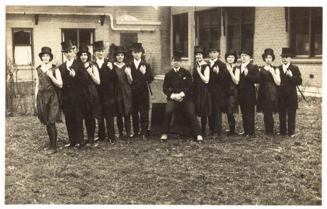 """052854 - Volt Sport, gymnastiek, atletiek, korfbal, handbal. Foto genomen t.g.v. het 10-jarig bestaan in 1932.  Zesde van links Jo Vermeulen de """"veel"""" latere voorzitter en uiterst rechts Christ Boeren. De foto werd genomen in de Nieuwe Koninklijke Harmonie tuin. Op de foto wordt """"de hoedendans"""" opgevoerd."""