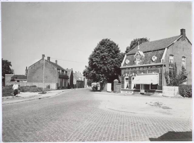 020398 - Gedeelte van de Hasseltstraat dat plaats moest maken voor de aanleg van een rotonde. Rechts bakker Van Rooij - De Groot. Foto uit 1954