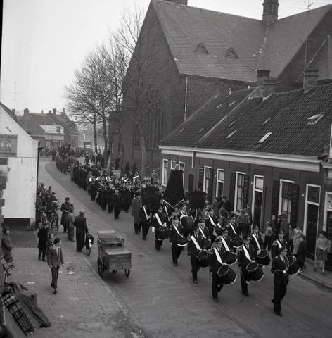 654425 - Begrafenisstoet met militaire eer.