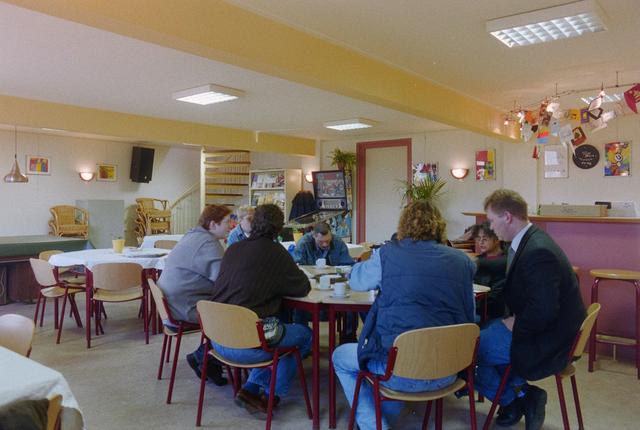 1237_001_012-1_008 - Kinderboerderij en wijkcentrum de Uilenburg in Hilvarenbeek. Vrijwilligers en medewerkers drinken samen koffie op 22 januari 1999.