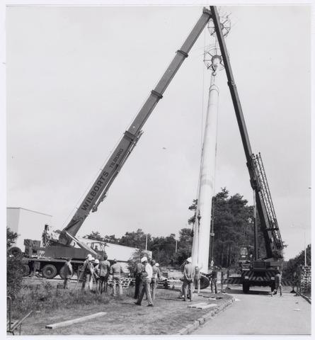 038940 - Volt Noord. In 1985 kwam het W.W.C.-Laboratorium, een deel van het vroegere A.T.-Lab., vanuit Eindhoven naar Volt. De afkorting W.W.C. staat voor Wire Wound Components ofwel draadgewonden producten. Ontwikkeld werden daar o.a. spoelen, transformatoren en lijntransformatoren (L.O.T.) ook wel lijntrafo´s genoemd.  Met die komst werd fysiek het hoogste punt van Volt bereikt. Op 15 juni 1985 werd namelijk een mast van 45 meter hoogte geplaatst voor de ontvangst van radio- en televisiesignalen ten behoeve van de ontwikkeling W.W.C.  Twee kranen tillen de mast rechtop.