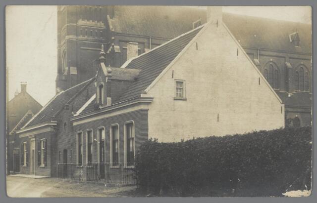 88817 - Dorpsstraat 52-54-56 (kerk) omstreeks 1920. Nr. 52 was het woonhuis van Jan van Alphen, directeur van de Coöperatieve Zuivelfabriek St. Gomarus. Op nr. 54 woonde veearts Paimans.