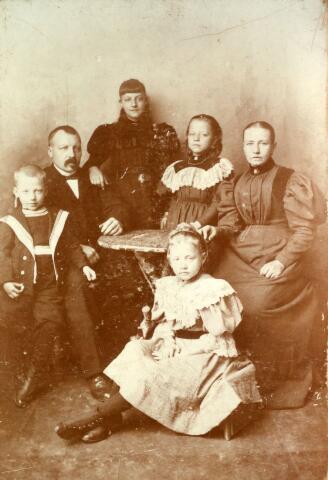 071385 - Het gezin Van Loon-de Roij. De ouders zijn Walterus van Loon, bakker aan de Heuvel in Tilburg, geboren te Lage Mierde op 8 september 1855 en overleden te Tilburg op 4 november 1935 en Francisca Dorothea de Roij, geboren te Geertruidenberg op 3 november 1853 en overleden te Tilburg op 15 december 1933.  De kinderen> bovenaan links Melania Petronella Barbara van Loon geboren te Tilburg op 4 december 1882 en overleden te Berkel-Enschot op 6 juni 1980 (zij trouwde Franciscus J.P. Jongen), bovenaan rechts Eugenia Cornelia Johanna van Loon, geboren te Tilburg op 12 april 1887 en aldaar overleden op 26 oktober 1972 (zij trouwde met Nicolaas Franciscus van Roessel), op de voorgrond Maria Charlotta Anna van Loon, geboren te Tilburg op 17 mei 1890 en aldaar overleden op 12 januari 1984 (zij trouwde Henricus Wilhelmus Roothart op 28-8-1922 te Tilburg) en links bij zijn vader, Vincentius Joannes Paulus Maria van Loon, geboren te Tilburg op 6 mei 1891 en overleden te Heiloo op 27 maart 1966 (hij trouwde Henriette v.d. Velden en hertrouwde met Theresia Lutz) Later is nog een dochter geboren> Mathilda Wilhelmina Anna Maria van Loon, geboren te Tilburg op 31 augustus 1898 en aldaar ongehuwd overleden op 8 augustus 1990.