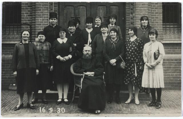 005726 - Damesretraite 16 september 1930. Op de laatste rij, rechts achter de derde vrouw met pothoed (zelf zonder hoed) Marie Smits, geboren te Tilburg 2 januari 1885.