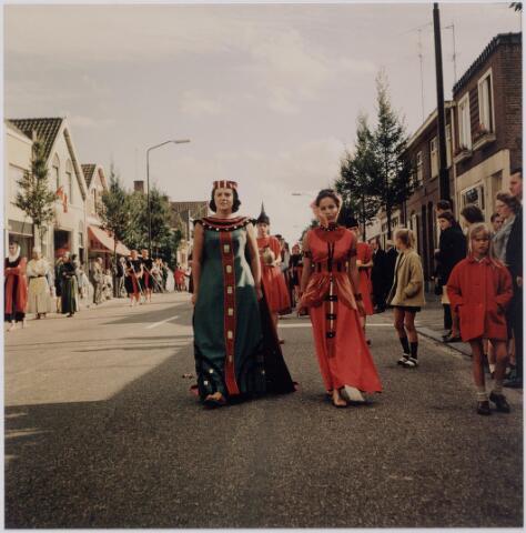 044771 - St. Jansstoet op de Tilburgseweg. Op de voorgrond links Marianne van Erven en rechts Sylvia Jacobs in de rollen van Herodias en Salome. Sylvia Jacobs is een nichtje van O. Boerboom, die anders de rol van Salome vervulde.
