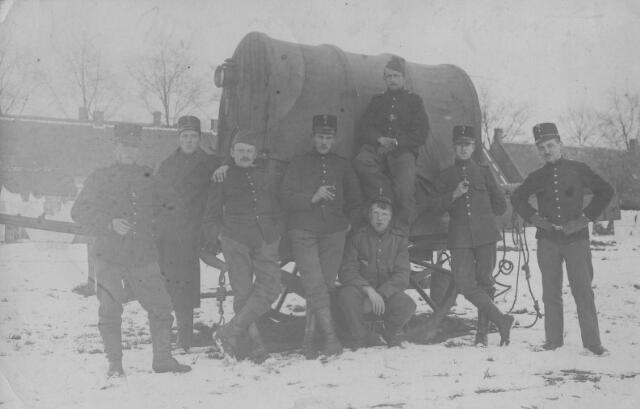 066044 - Nederlandse militairen ingekwartierd in Tilburg tijdens de Eerste Wereldoorlog.