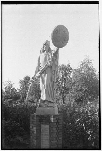 050991 - Beeld van de aartsengel Michaël in de tuin van de zusters van liefde van O.L.V. Moeder van Barmhartigheid aan de Oude Dijk.