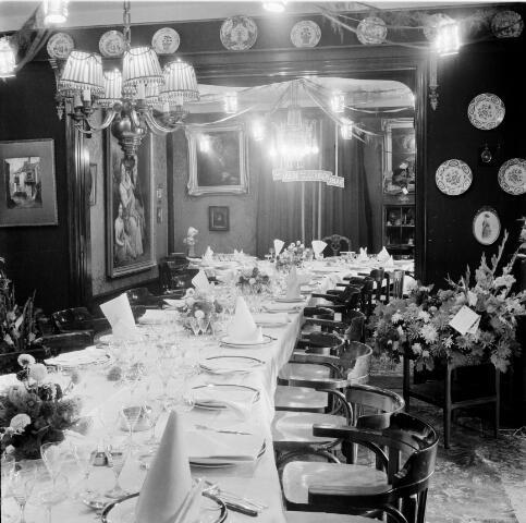 050314 - Mariëngaarde. Feest in pension Mariëngaarde aan de Burgemeester Damstraat ter gelegenheid van de gouden bruiloft van Jacobus van Vollenhoven en Leonie C.M. van den Bogaert. De tafel gedekt voor het diner.