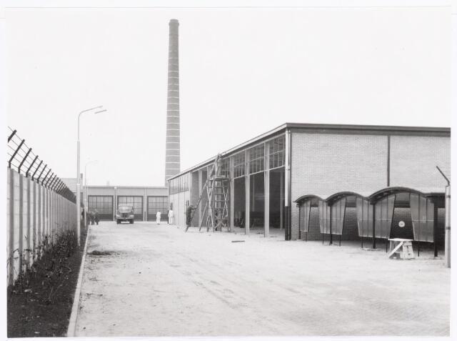 038640 - Volt.Zuid. Gebouwen. ± 1958. Magazijn gebouw V en garage gebouw W van Volt aan de Voltstraat. Dit gedeelte is in 1956 aangekocht en in 1957 geopend. Locatie: Tussen Voltstraat en Hoogtedwarsstraat. Later is dit complex in gebruik genomen door de firma van Gorp-Bolsius die handelde in gereedschappen en gas. Na een gasexplosie in 1998 was deze firma niet meer gewenst in deze woonbuurt. Het terrein heeft nu een woonbestemming en heet sinds 20 maart 2000 Ir. Kippermanstraat. Ir.Kipperman heeft 30 jaar bij Volt gewerkt, van 1929 t/m 1959, waarvan de laatste ca. 25 jaar als directeur. Onder zijn leiding groeide het bedrijf uit tot ruim 5000 werknemers.