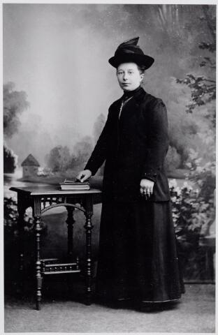 046059 - Philomena Dorothea Otten, geboren te Goirle op 21 november 1884 overleed ongehuwd te Tilburg op 8 augustus 1966. Zij werd begraven te Goirle, waar zij winkelierster was aan de Kerkstraat. In 1908 trad zij in bij de franciscanessen te Veghel, maar reeds in 1909 keerde zij terug naar Goirle. Zij woonde daar bij haar broer Piet Otten. Later woonde zij samen met haar vriendin Mietje van Gorp.