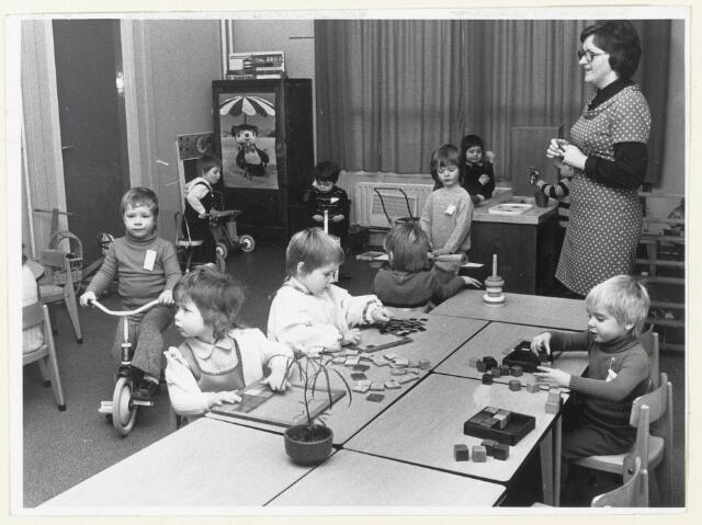 """90824 - Made en Drimmelen. Spelende peuters bij de kindercreche """"De Madelief"""""""