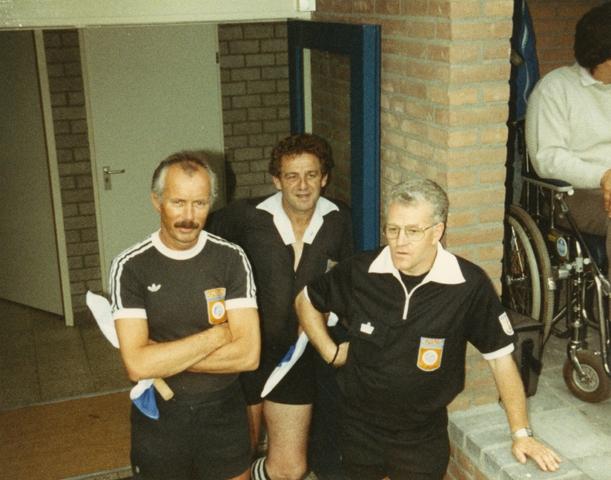800084 - Voetbal. Opening van de nieuwe tribune van voetbalvereniging Taxandria in Oisterwijk. De scheidsrechters voor de openingswedstrijd op 10 augustus 1988.