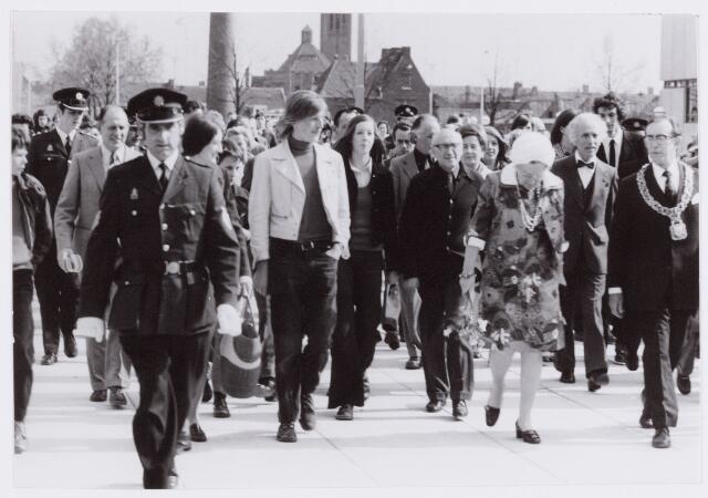 053441 - Koninklijke Bezoeken. Koningin Juliana bezoekt Tilburg.