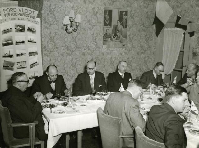 """200083 - Bijeenkomst van Forddealers t.g.v. de """"Ford-vloot verkoopwedstrijd"""" in 1952. Achter de tafel v.l.n.r. de heren Fisette, L. v.d. Hombergh, Maarsman, Knegtel en Reijders. De foto werd genomen ergens in Limburg."""