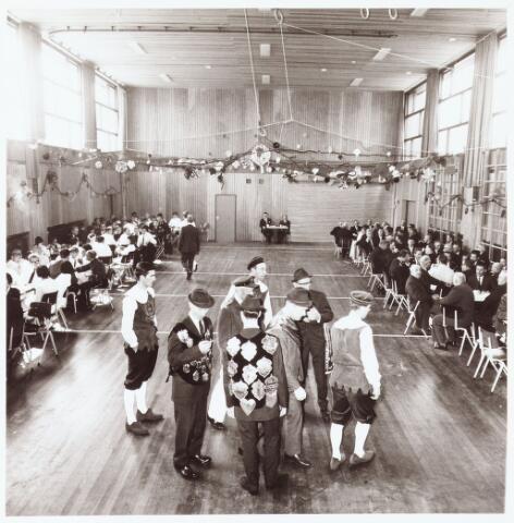 063239 - Op 2 september 1967 werd het cultureel centrum de Schalm aan de Eikenbosch 1 geopend. Vendelzwaaiers en bestuur, o.a. op de voorgrond met sigaretje Harrie Adams, van de St. Hubertus gilde uit Berkel staan klaar voor een demonstratie