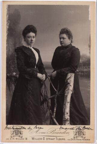 006451 - Dochters van Norbertus de Beer en Johanna Maria Huberta Donders. Links Antoinetta (1866-1949) en rechts Marie (1877-1968).