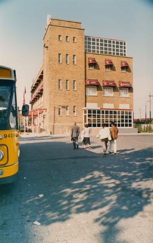 651300 - Tilburg, 125 jaar stad aan het spoor. Manifestatie. Aankomst van de eerste gasten van de manifestatie in Hotel Mercury in Breda. Het hotel ligt aan de bushaltezijde van het station. Begin oktober 1988 was het, zoals te zien op deze foto, stralend weer.