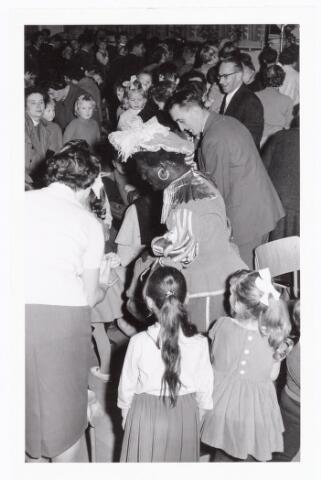 038853 - Volt. Zuid. Sport en ontspanning. Viering Sint Nicolaas of Sinterklaas voor de kinderen van het personeel in 1960. Zwarte Piet is Jos Spijkers. Achter hem, gebukt, Ir.de Graaff hoofd bedrijfsmechanisatie. Daarachter Dhr. Steef Verloo, hoofd ingangscontrole.