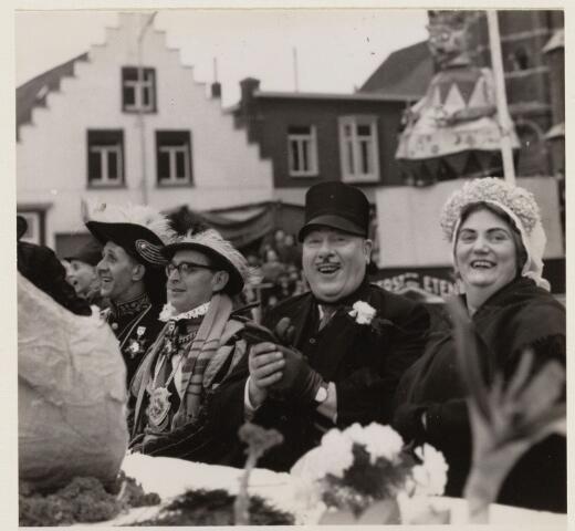 101528 - Carnaval. Het boerenbruiloftpaar 1961 Joanus en Hendrien aan de bruiloft dis