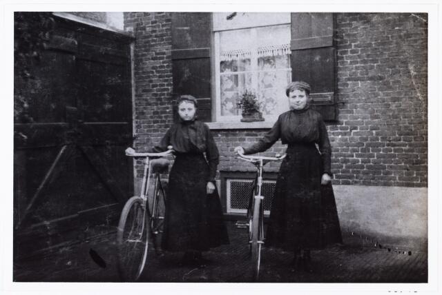 006745 - Links Adriana de Cock (Sjaan) geboren te Tilburg september 1893, rechts Maria de Cock geboren te Tilburg 7 juni 1895 overleden 7 oktober 1969. Zij trouwde met Frans Vos 16 juli 1918.