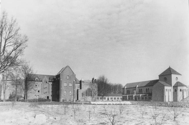 105206 - Oostzijde van de Sint Paulusabdij, met lage verbindingsgang tussen het oude gedeelte, links, en het nieuwe gedeelte van de abdij. Op de voorgrond de nieuw aangeplante fruitbomen. Kloosters