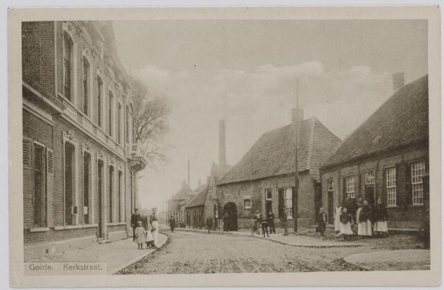 """046352 - Kerkstraat. In het midden de boerderij van de familie Bruers. Het pand rechts, eigendom van de familie Philipsen, werd in 1919 gesloopt voor nieuwbouw door de kinderen Vermeer. Het complex van Bruers werd gesloopt in de jaren 1932/33 en vervangen een een rij burgerwoningen. Het straatje rechts daalde af naar de Leij en kreeg in de 20e eeuw de naam """"Friekes Straotje"""" naar Godefridus Vermeer."""