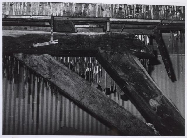 026924 - Detail van de dakconstructie van het pand Nieuwlandstraat 25